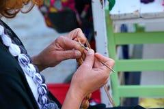 Plan rapproché du tricotage de mains photographie stock libre de droits