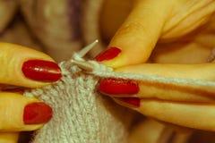 Plan rapproché du tricotage de mains Concept de personnes et de couture - woma Photos stock