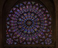 Plan rapproché du verre souillé de la fenêtre rose la plus ancienne installée en 1225 dans le Notre Dame de Paris Cathedral à Par photo libre de droits