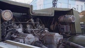 Plan rapproché du vieux moteur tracteur militaire Équipement militaire clips vidéos