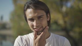 Plan rapproché du visage d'un homme bel banque de vidéos