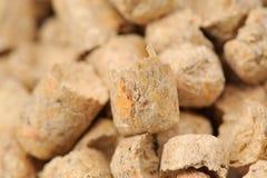 Plan rapproché en bois de litière du chat de boulette (pin) Photos libres de droits