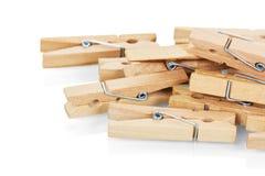 Plan rapproché en bois de pinces à linge d'isolement sur le blanc Photo stock