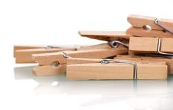 Plan rapproché en bois de pinces à linge d'isolement sur le blanc Photos libres de droits