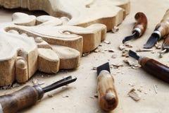 Plan rapproché en bois de travail de découpages, d'outils et de processus Images stock