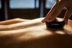 Plan rapproché en pierre de massage images stock