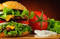 Plan rapproché et légumes d'hamburger Photos libres de droits