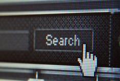 Plan rapproché extrême de curseur de souris au-dessus de bouton de recherche Image libre de droits