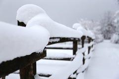 Plan rapproché extrême des barrières neigeuses d'hiver photographie stock