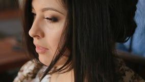Plan rapproché extrême du visage de la fille magnifique de brune Jolie jeune femme semblant l'appareil-photo passé et le sourire clips vidéos