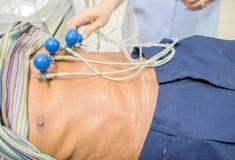 Plan rapproché faisant ECG pour le patient à l'hôpital Analyse de coeur, graphique d'électrocardiogramme Image stock