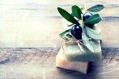 Plan rapproché fait main de savon d'huiles d'olive de station thermale Savon organique images stock