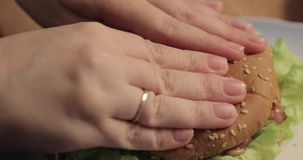Plan rapproché fait maison délicieux d'hamburger dans la cuisine banque de vidéos