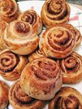 Plan rapproché fait maison doux frais appétissant de petits pains de cannelle photos stock