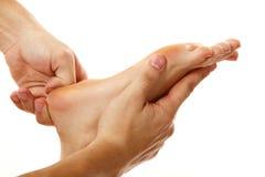 Plan rapproché femelle de pied de massage d'isolement sur le blanc Image libre de droits