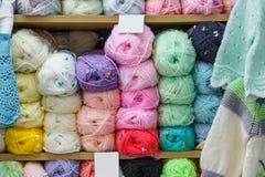 Plan rapproché, fil acrylique coloré de mélange de polyamide pour le tricotage, Image libre de droits