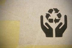 Plan rapproché fin d'image de symbole fragile noir grunge sur le carton photos libres de droits