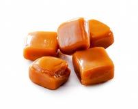 Plan rapproché fondu de sucrerie de caramel de caramel d'isolement sur le blanc photos stock