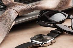 Plan rapproché, foyer sur des lunettes de soleil avec l'ordinateur portable et lien Photos stock
