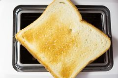 Plan rapproché frit par pain grillé du grille-pain photos libres de droits