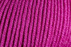 Plan rapproché fuchsia coloré de macro de boule de fil de laine Image libre de droits