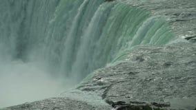 Plan rapproché géant de cascade clips vidéos