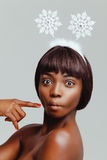 Plan rapproché heureux de portrait de modèle de femme de couleur Photo libre de droits