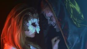 Plan rapproché, hibou affectueux de fille de couples et Guy Wolf Watching un ami sur un ami dans le studio fumeux banque de vidéos