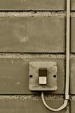 Plan rapproché industriel de câble de commutateur de bouton de contrôle électrique extérieur d'équipement, vieux fond sale superf Photographie stock