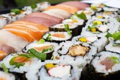 Plan rapproché japonais de nourriture Variétés délicieuses de fruits de mer exotiques de sushi images libres de droits