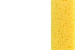 Plan rapproché jaune d'éponge avec l'espace sur le fond blanc Photographie stock libre de droits