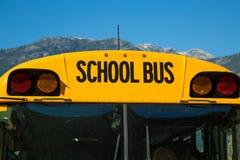 Plan rapproché jaune de ciel bleu d'autobus scolaire Photo libre de droits