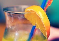 Plan rapproché jaune de cocktail sur la table de barre Images libres de droits