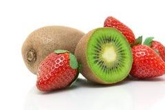 Plan rapproché juteux de kiwi et de fraise sur le fond blanc Image stock