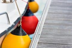 Plan rapproché latéral d'amortisseurs de voilier Protection de bateau Photographie stock