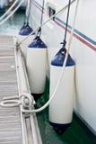 Plan rapproché latéral d'amortisseurs de voilier Protection de bateau Photos stock