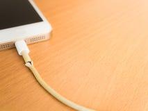 Plan rapproché le câble cassé de chargeur de Smartphone, l'espace de copie Image stock
