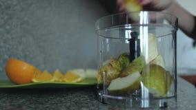 Plan rapproché Le fruit dans le mélangeur Cuisson de la nutrition appropriée de petit déjeuner banque de vidéos