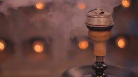 Plan rapproché - le kaloud chaud avec des charbons du narguilé banque de vidéos