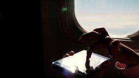 Plan rapproché les rayons du soleil sont reflétés dans le téléphone silhouette foncée des mains et du téléphone portable d'enfant banque de vidéos