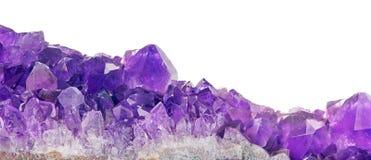 Plan rapproché lilas de cristaux d'améthyste sur le blanc Photographie stock libre de droits