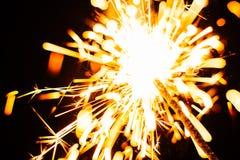 Plan rapproché lumineux de cierge magique de Noël sur un fond noir, foyer mou Image libre de droits