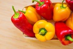 Plan rapproché lumineux de poivrons jaunes et rouges sur la table Photographie stock libre de droits