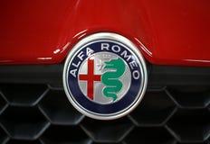 Plan rapproché métallique de logo d'Alfa Romeo sur la voiture d'Alfa Romeo Image stock