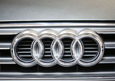 Plan rapproché métallique de logo d'Audi sur la voiture d'Audi Image stock