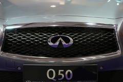 Plan rapproché métallique de logo d'Infiniti sur la voiture d'Infiniti Image stock
