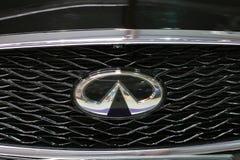 Plan rapproché métallique de logo d'Infiniti sur la voiture d'Infiniti Images stock