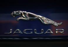Plan rapproché métallique de logo de Jaguar sur la voiture de Jaguar Image libre de droits