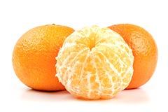 Plan rapproché mûr de mandarines d'isolement sur le blanc Images stock