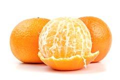 Plan rapproché mûr de mandarines d'isolement sur le blanc Image libre de droits